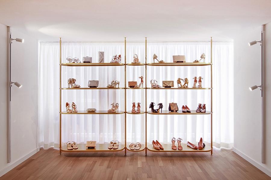 libreria con scarpe