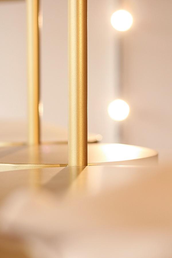 Supporto metallico color oro di alcune lampade