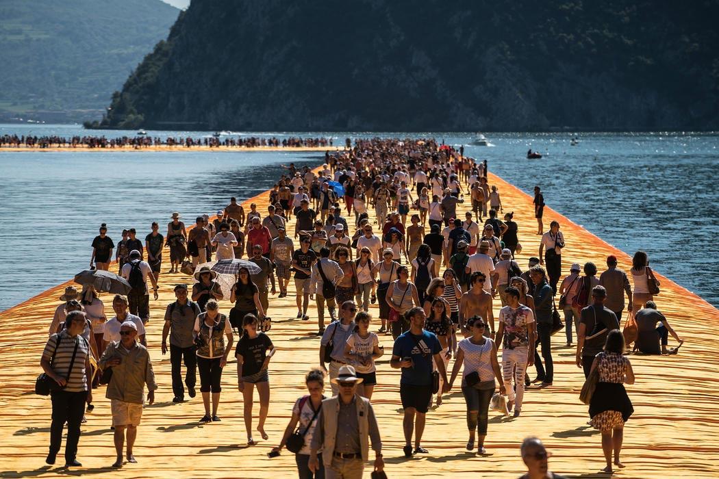 Ponte sull'acqua al lago d'Iseo