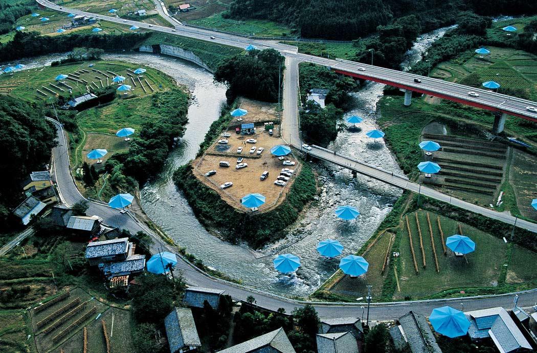 Ombrelli in un parco in Giappone