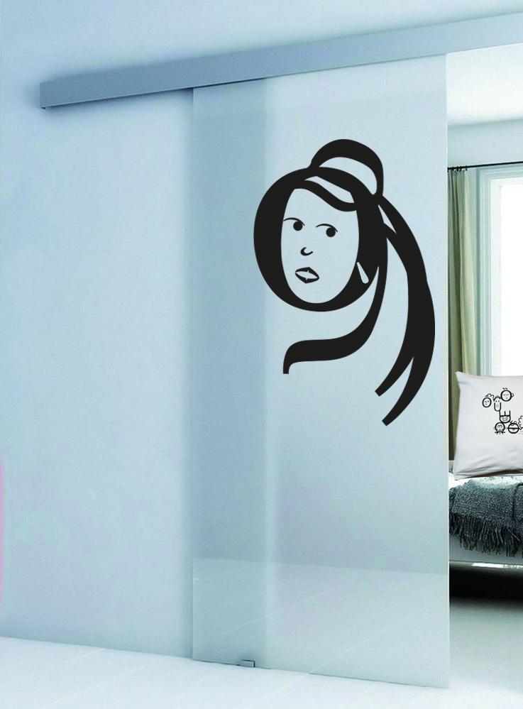 ritratto stilizzato di donna su porta scorrevole