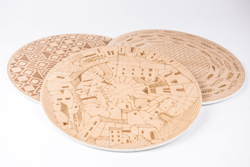 Sottopiatto in legno con disegni della Sicilia impressi sopra