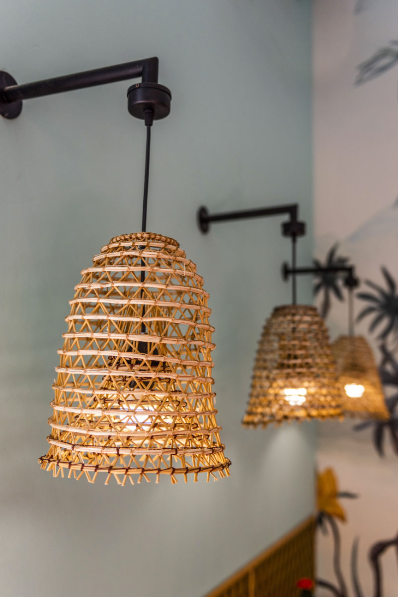 Lampade in vimini fissate a muro