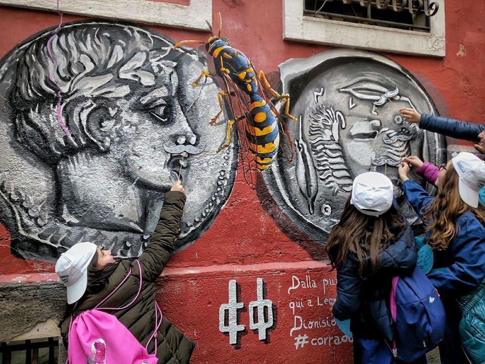 Ragazzi che giocano con dei murales