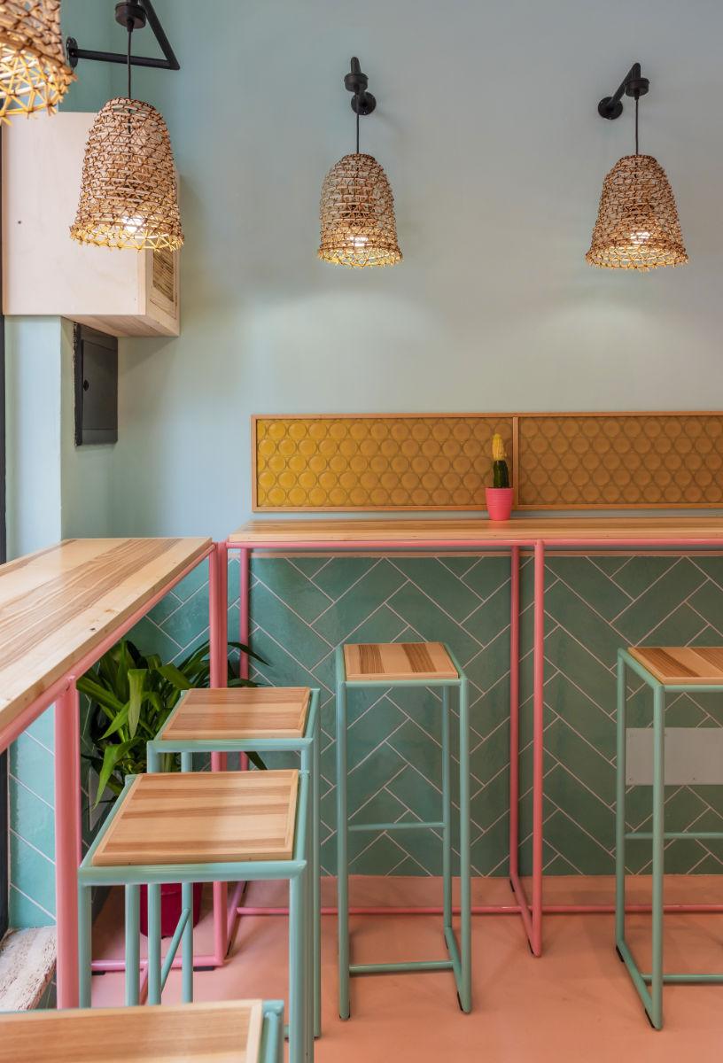 Sgabelli sotto dei tavoli a muro