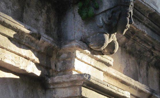 Statua di un busto di una donna in pietra