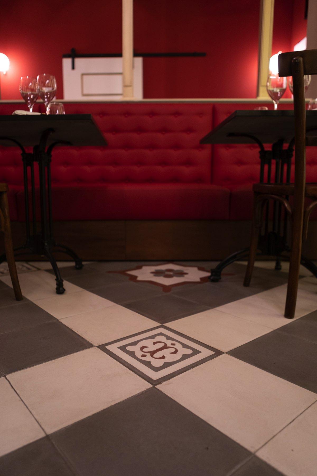 Dettaglio delle pavimentazioni con incise delle decorazioni