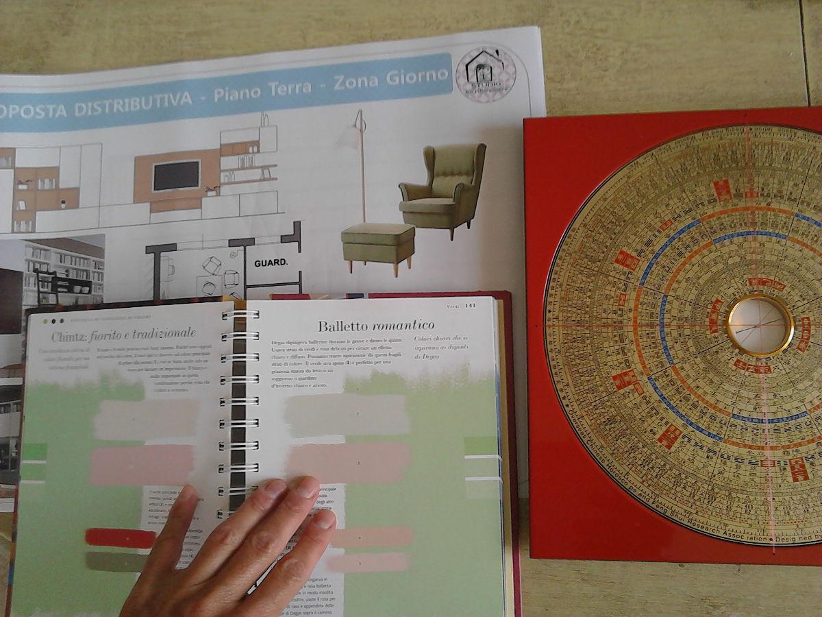 Progetto architettonico con sopra un compasso e un libro