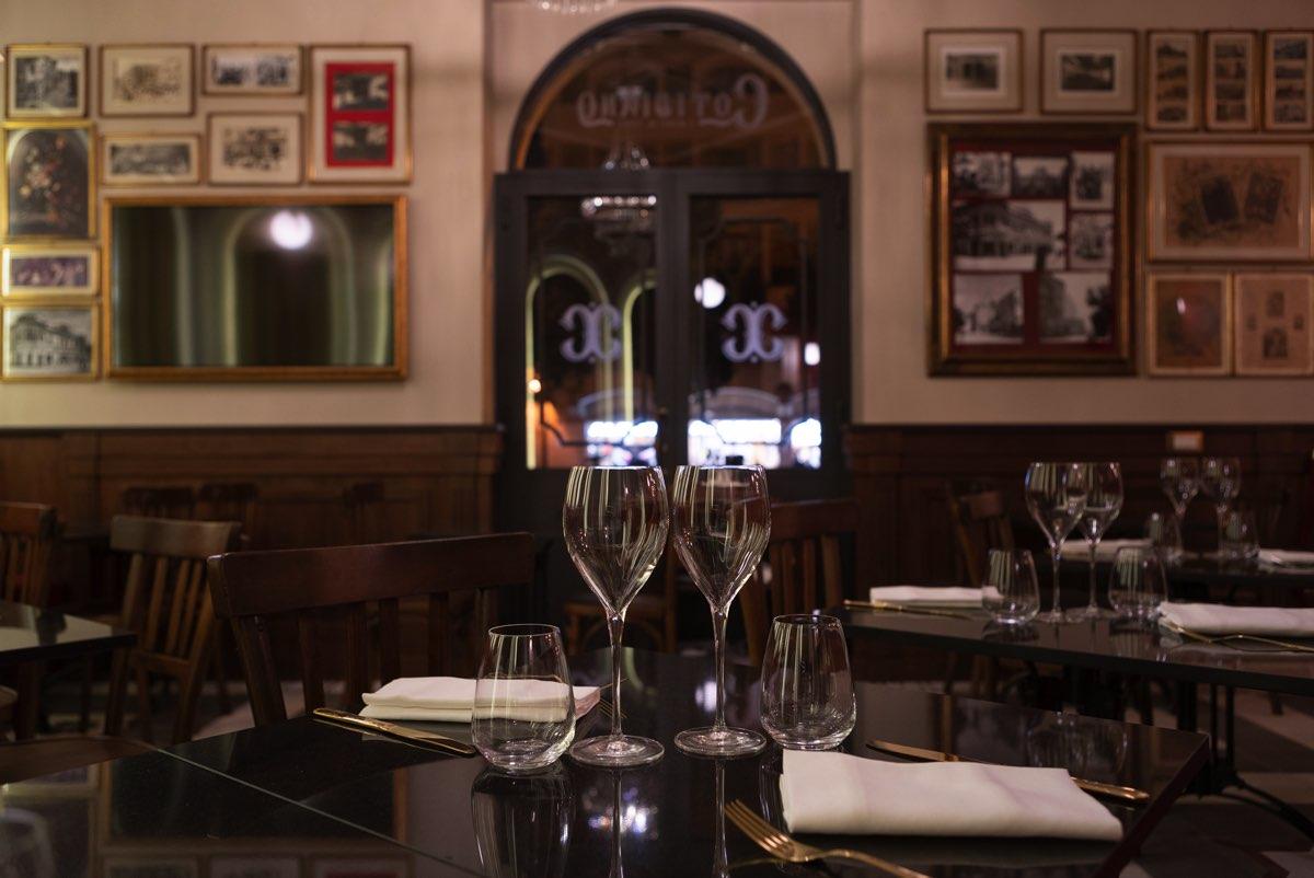 Tavolo del locale apparecchiato con posate e bicchieri