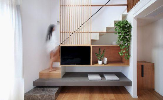 Ragazza sale delle scale in legno
