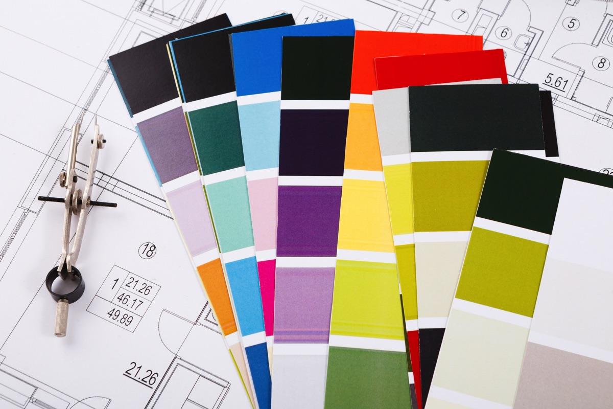 Mazzetta colori sopra un disegno architettonico