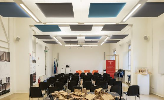 Auditorium con dei pannelli Phonolook a soffitto